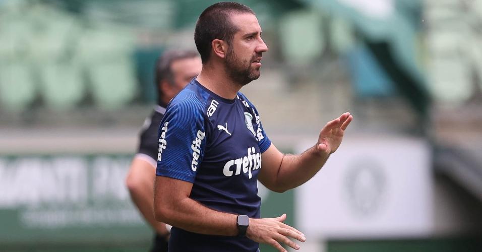 João Martins passa as orientações ao time