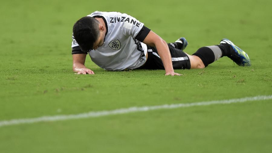 Ronald, do Botafogo, caído no gramado durante clássico contra o Fluminense - Thiago Ribeiro/AGIF
