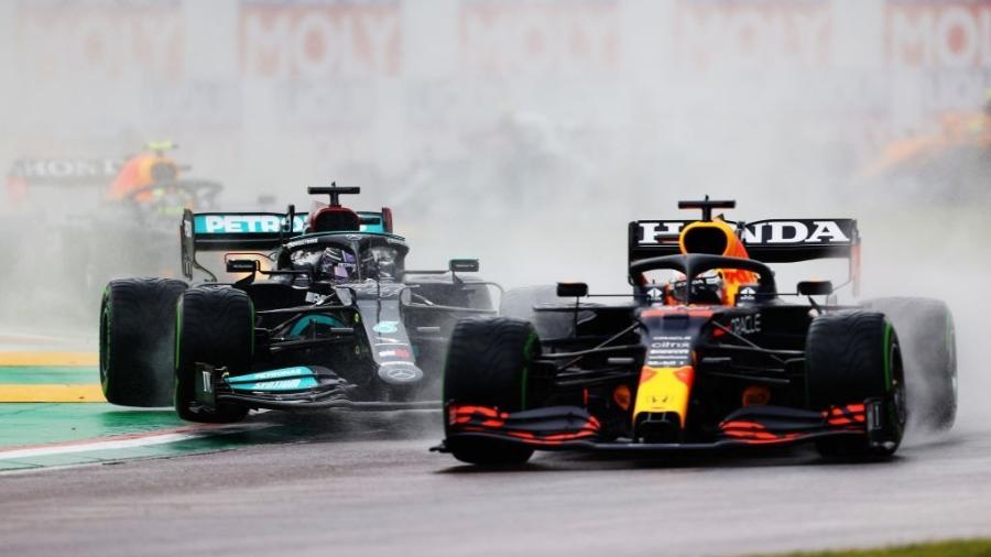 Max Verstappen, da Red Bull Racing, ultrapassa Lewis Hamilton, da Mercedes, no início do GP da Emilia-Romagna - Getty Images