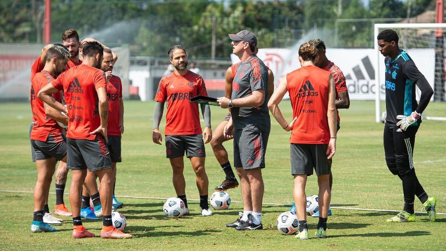 Rogério Ceni, técnico do Flamengo, conversa com jogadores durante treino no Ninho - Alexandre Vidal / Flamengo
