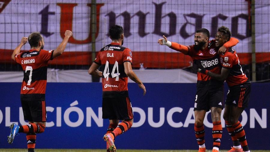 Gabigol e Bruno Henrique comemoram na vitória do Flamengo sobre a LDU - Rodrigo Buendia - Pool/Getty Images
