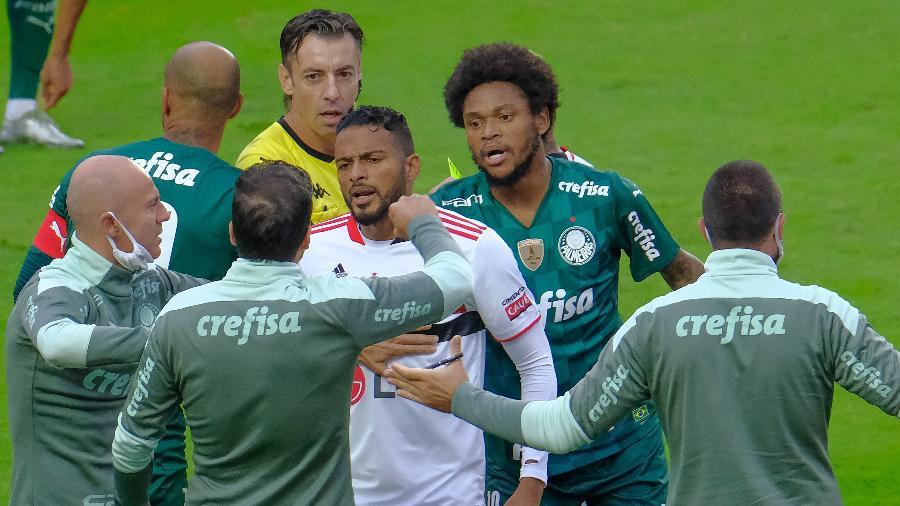 Reinaldo e Abel Ferreira conversam durante duelo entre São Paulo e Palmeiras, pela final do Paulista, no Morumbi - Marcello Zambrana/AGIF
