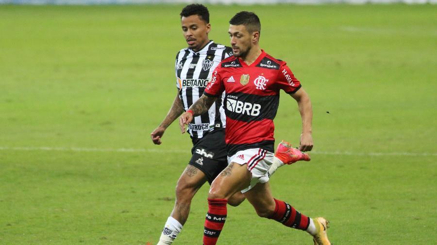 Arrascaeta em ação durante a partida do Flamengo contra o Atlético-MG - Fernando Moreno/AGIF