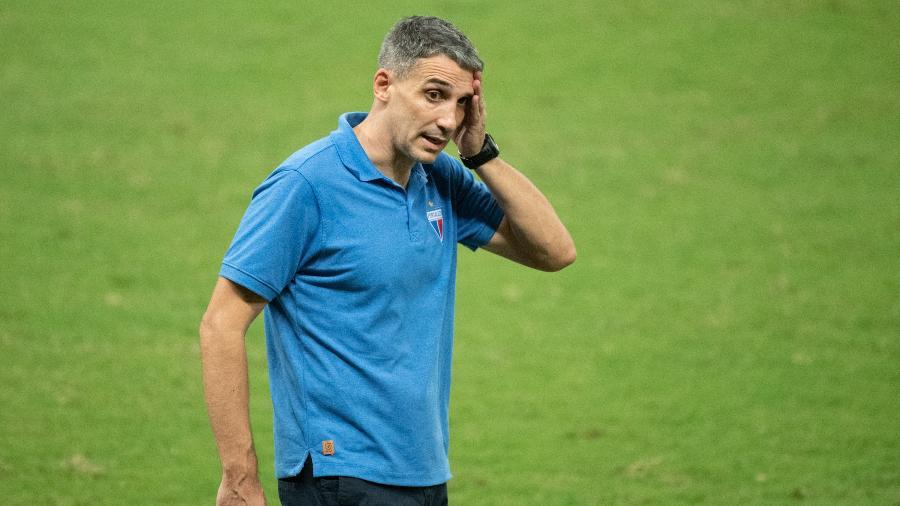 Técnico Juan Pablo Vojvoda observa jogo do Fortaleza contra o Ceará, pelo Brasileirão - Kely Pereira/AGIF