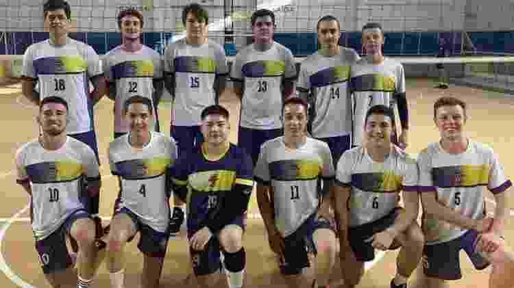 Jogador do Curitibanos, Renan Caus, que na foto aparece com a camisa de número 15, detalhou o susto - Reprodução/Instagram - Reprodução/Instagram