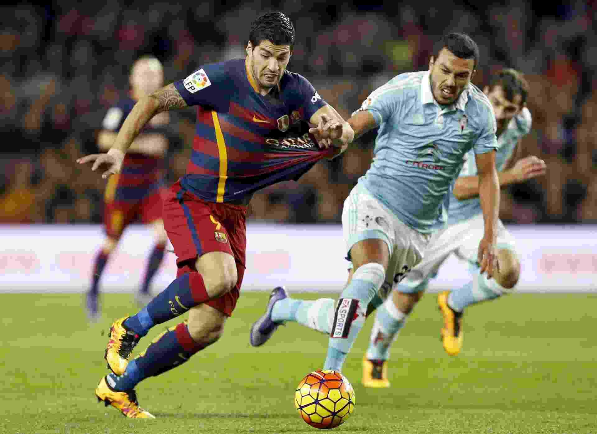Suárez tenta carregar a bola, mas é pressionado pela marcação do Celta em jogo válido pelo Campeonato Espanhol - EFE/Andreu Dalmau
