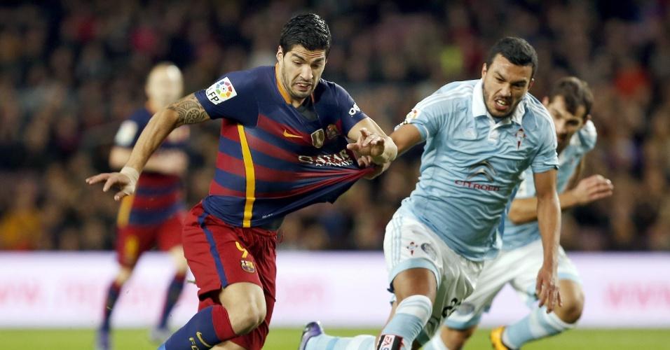 Suárez tenta carregar a bola, mas é pressionado pela marcação do Celta em jogo válido pelo Campeonato Espanhol