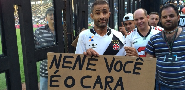 Torcedor-símbolo do Vasco, Caíque ganhou a camisa de Nenê no intervalo do jogo