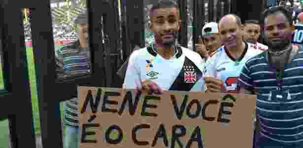 Torcedor-símbolo do Vasco, Caíque ganhou a camisa de Nenê no intervalo do jogo - Bruno Braz / UOL Esporte