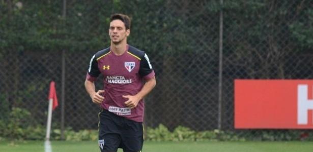 Rodrigo Caio corre em volta do gramado no CT da Barra Funda