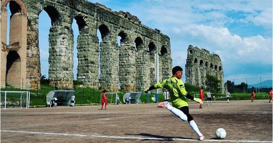O Atletico Diritti, time italiano composto por imigrantes, manda seus jogos bem ao lado do Aqueduto Felice, nos arredores de Roma