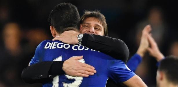 Diego Costa e Antonio Conte se abraçam