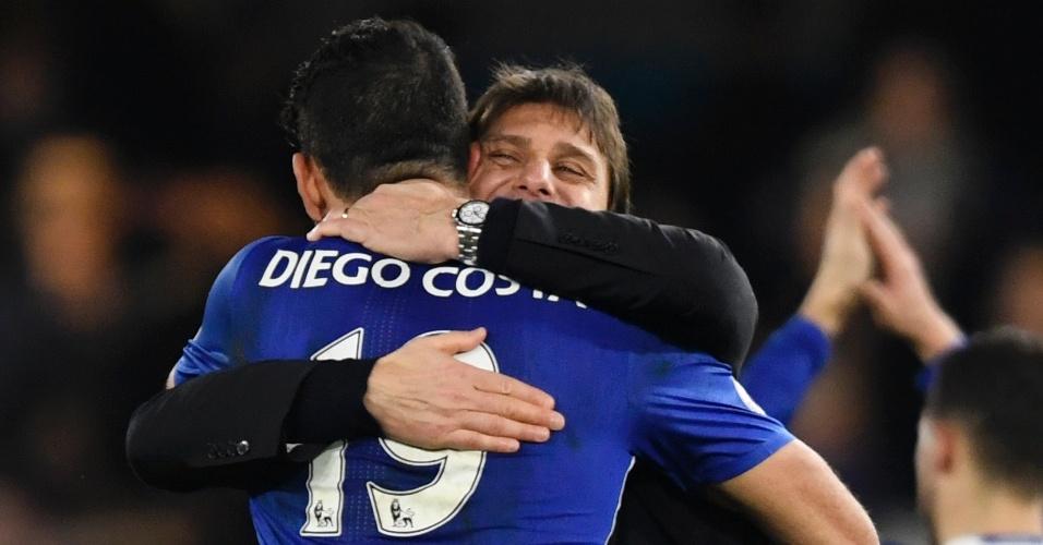 Diego Costa, atacante do Chelsea, abraça o treinador Antonio Conte