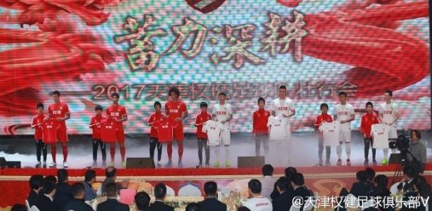 Alexandre Pato sobre ao palco em apresentação de uniformes do Tianjin Quanjian - Tianjin Quanjian/Weibo/Divulgação