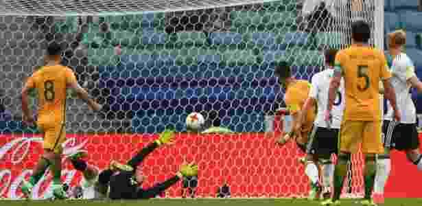 Juric marca para a Austrália após falha de Leno, da Alemanha - AFP PHOTO / Patrik STOLLARZ - AFP PHOTO / Patrik STOLLARZ