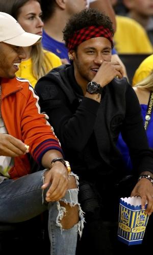 Neymar curte segundo jogo da final da NBA ao lado do piloto Lewis Hamilton