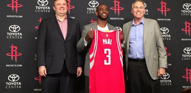 Chris Paul é apresentado nos Rockets ao lado do gerente Daryl Morey e do técnico Mike D'Antoni