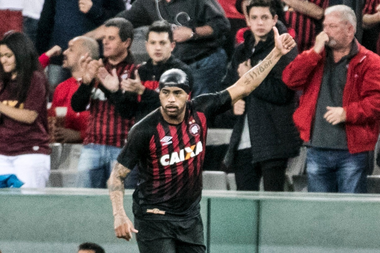 Thiago Heleno comemora gol do Atlético-PR contra o Bahia pelo Campeonato Brasileiro