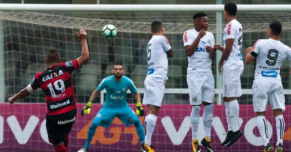 Walter (Atlético-GO) cobra falta contra o Santos ad162b00729f9