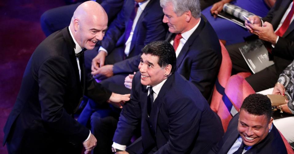 Gianni Infantino, presidente da Fifa, confraterniza com Diego Maradona e Ronaldo