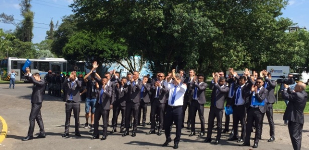 Jogadores do Grêmio aplaudem torcida na despedida de Porto Alegre antes do Mundial