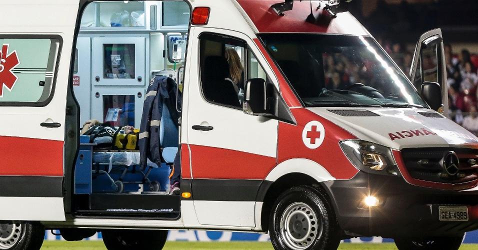 João Pedro, do Botafogo, é retirado de ambulância do gramado do Morumbi