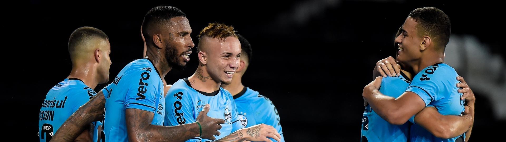 Jogadores do Grêmio comemoram gol de Everton