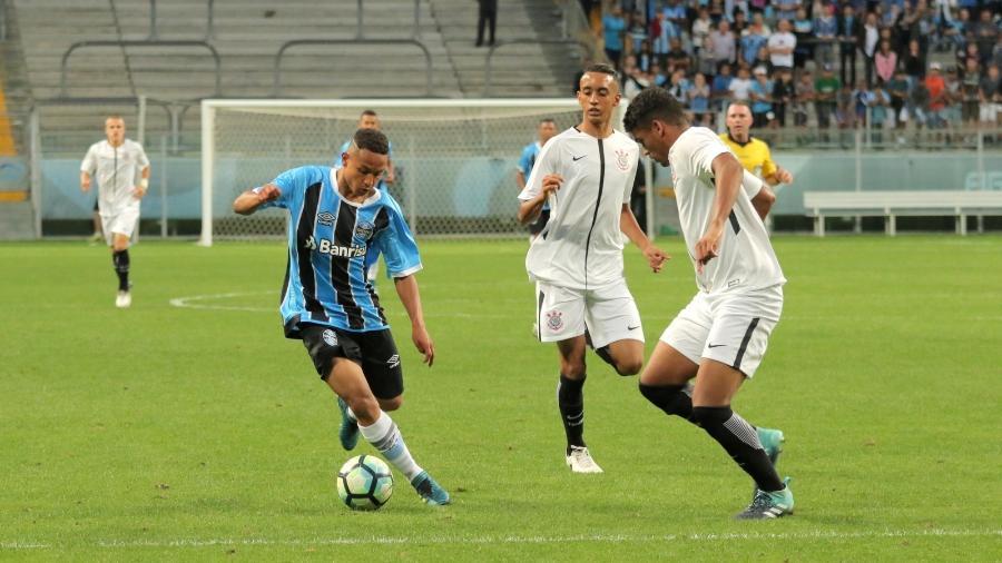 Guilherme (e) tem passagem por seleções de base e foi observado em torneio recentes, no Brasil - Divulgação/Grêmio