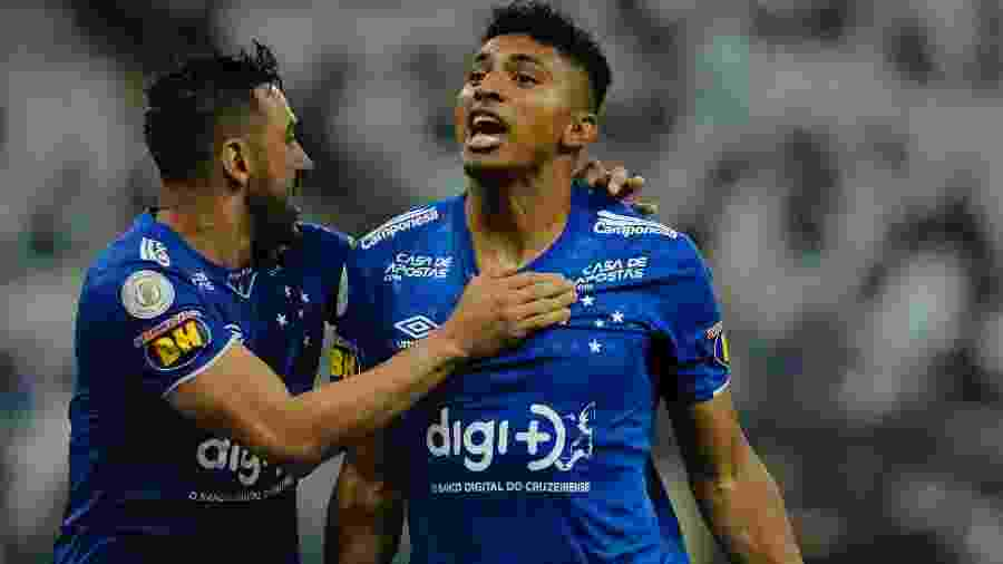 Ederson comemora seu gol de virada com Robinho durante partida contra o Corinthians - Daniel Vorley/AGIF