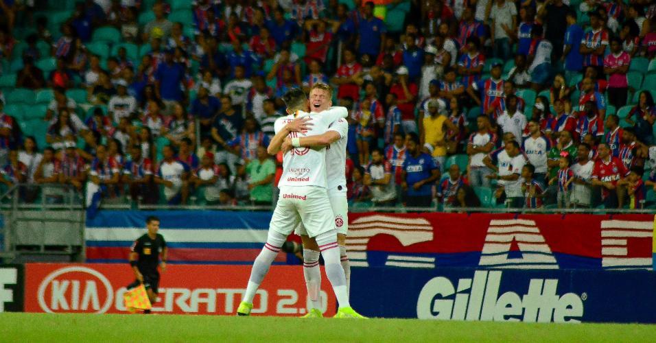 Cuesta, jogador do Internacional, comemora gol com Bruno Fuchs durante partida contra o Bahia pelo Campeonato Brasileiro