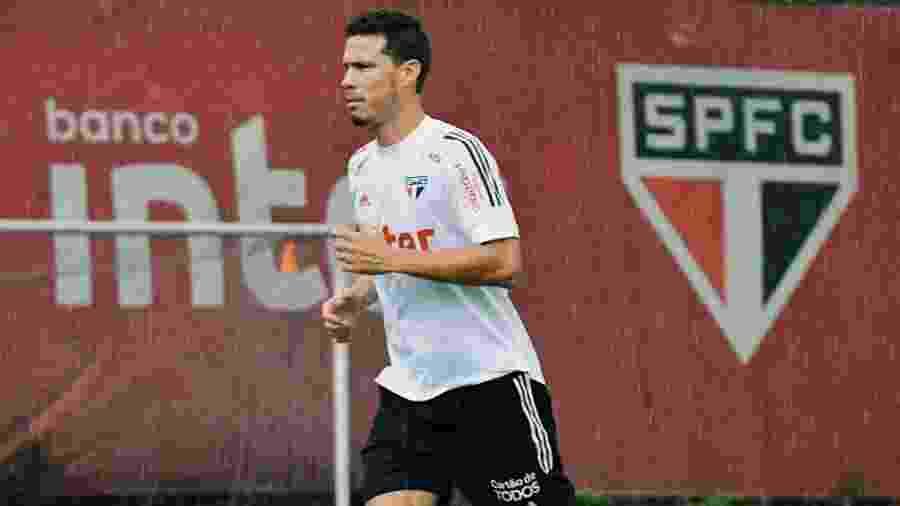 Hernanes, meio-campista do São Paulo, faz trabalho físico em campo no CT da Barra Funda - Rubens Chiri / saopaulofc.net