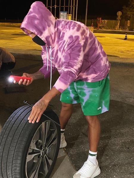 Lewis Hamilton troca pneu furado de sua própria Mercedes - Reprodução/Twitter