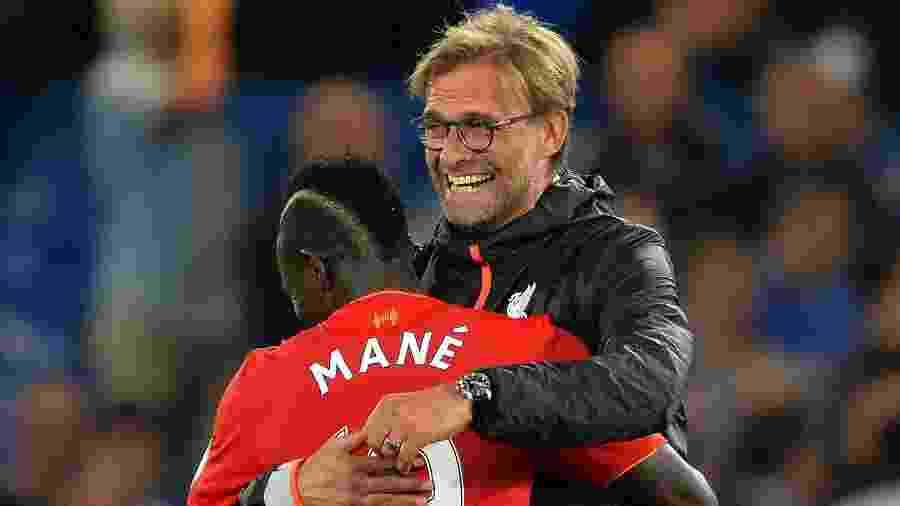 Jürgen Klopp e Sadio Mané se abraçam: na Champions, jogadores são negros, mas técnicos, não - Glyn Kirk/AFP/Getty Images