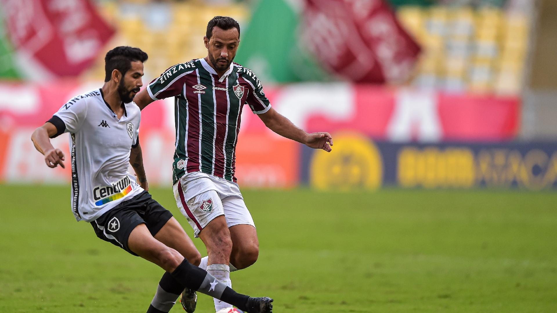 Nenê, do Fluminense, disputa bola com Jonathan durante clássico no Maracanã