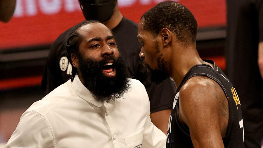 James Harden e Kevin Durant durante vitória do Brooklyn Nets sobre o Milwaukee Bucks nos playoffs da NBA - Elsa/Getty Images/AFP