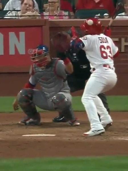 Edmundo Sosa é atingido por bola de baseball a mais de 150 km/h - Reprodução