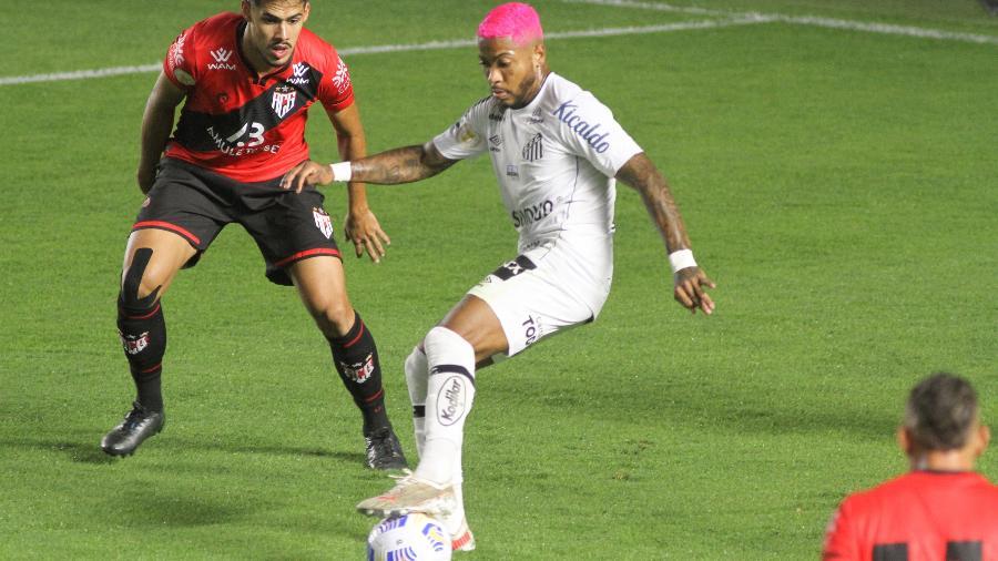 Marinho domina a bola na área do Atlético-GO, em partida realizada na Vila Belmiro. - Fernanda Luz/Fernanda Luz/AGIF
