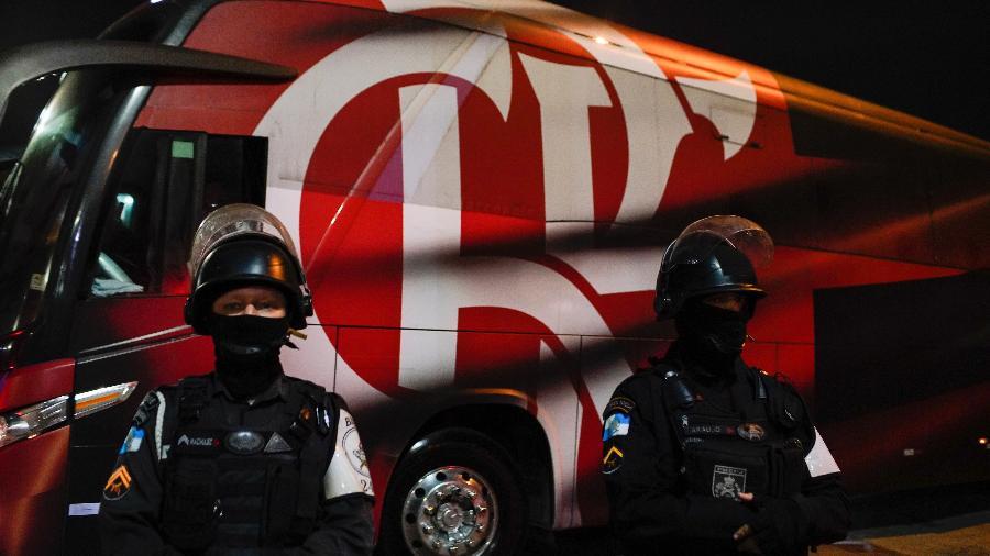 Policiais fazem segurança do ônibus do Flamengo no Maracanã - Ricardo Borges/UOL
