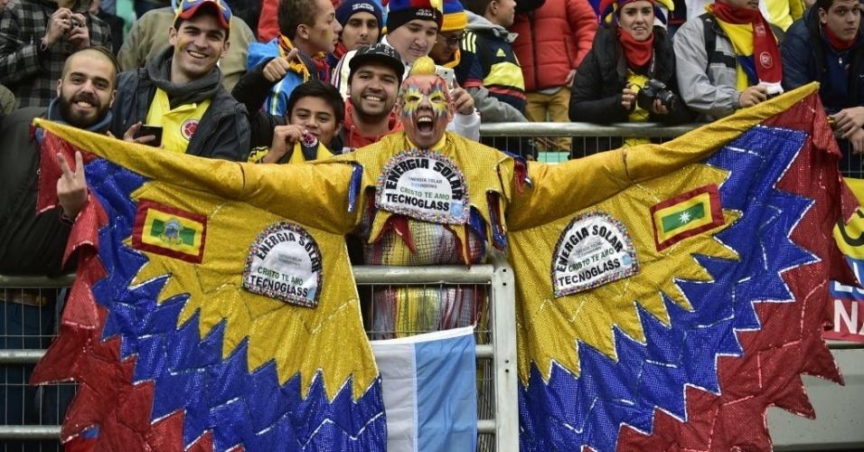 Torcedor da Colômbia capricha na fantasia no jogo contra o Peru, na última rodada do grupo C da Copa América
