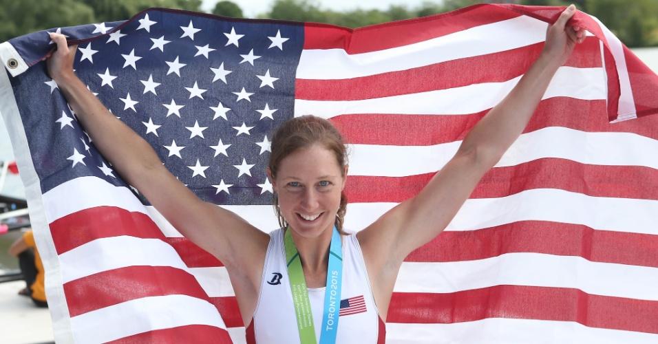 Mary Jones exibe a bandeira dos Estados Unidos no pódio do remo