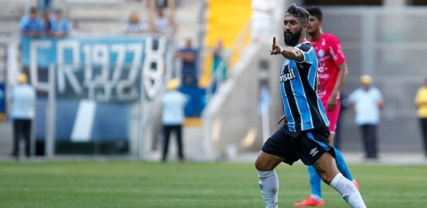 Douglas discutiu com torcedor quando foi substituído na vitória do Grêmio