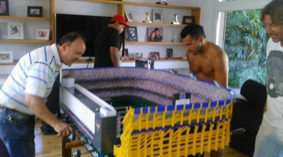 Martín Setula, desenhista argentino, cria mesas de pebolim réplicas de grandes estádios do país. Carlitos Tevez, atacante do Boca Juniors, ganhou a versão da La Bombonera e jogou com Setula no dia da entrega.