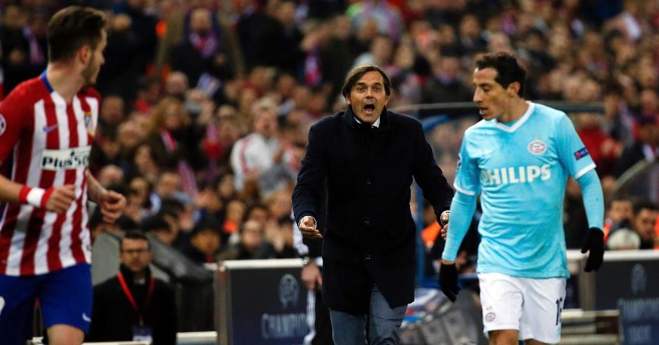 Phillip Cocu, treinador do PSV, grita com seu próprio jogador, Guardado, durante partida contra o Atlético de Madri