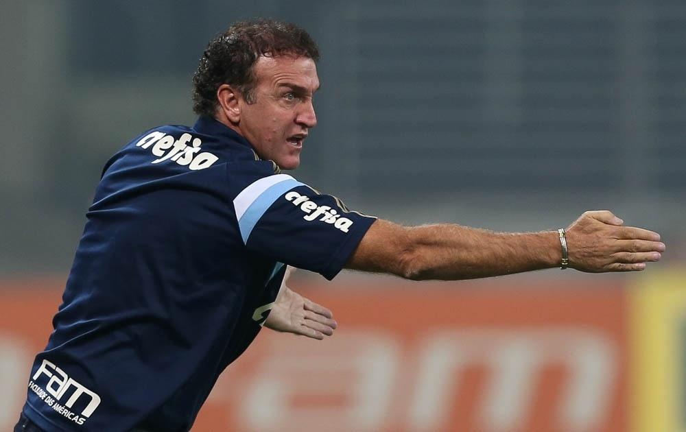 Cuca orienta o time do Palmeiras durante a partida contra o São Bernardo