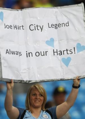 Torcedora leva cartaz para Hart