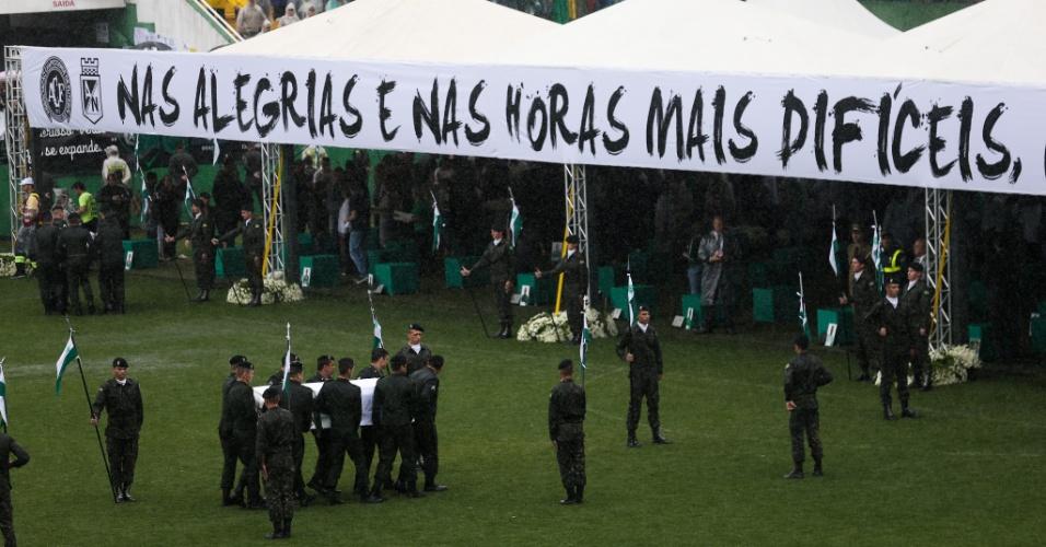 Soldados levam caixões até as famílias das vítimas no gramado da Arena Chapecó