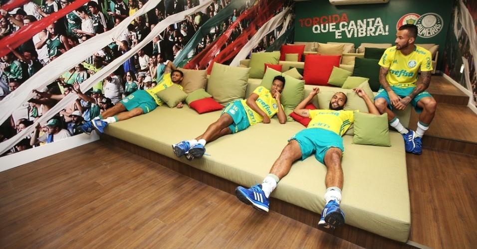 Jogadores curtem área de descanso na Academia de Futebol