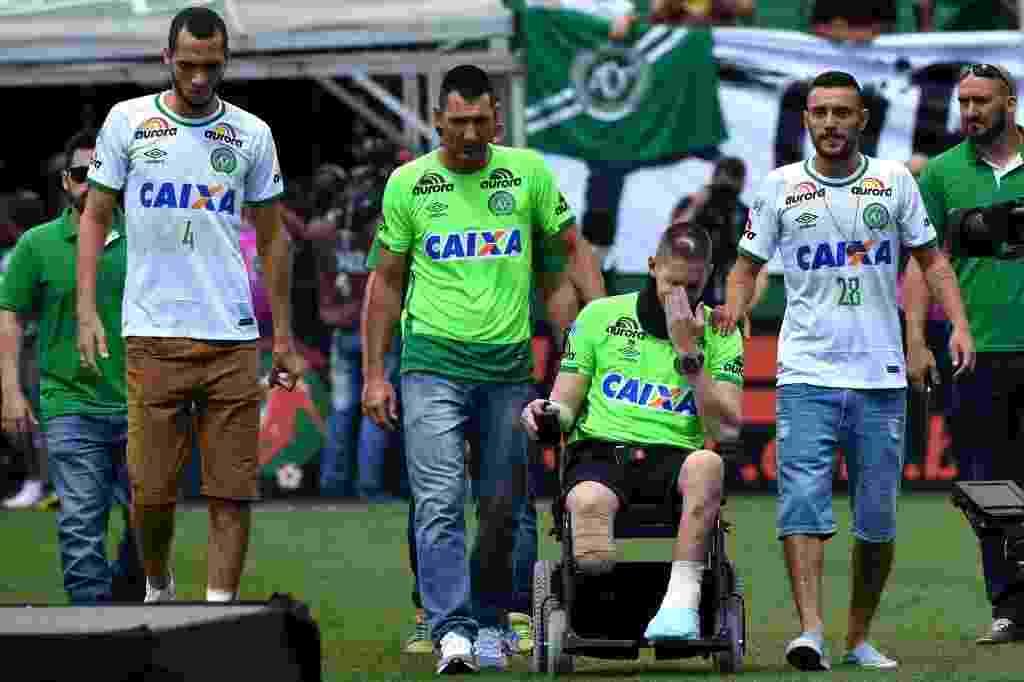 Jogadores se encaminham para receber homenagem e o sobrevivente Follmann chora ao entrar no gramado - AFP PHOTO / NELSON ALMEIDA