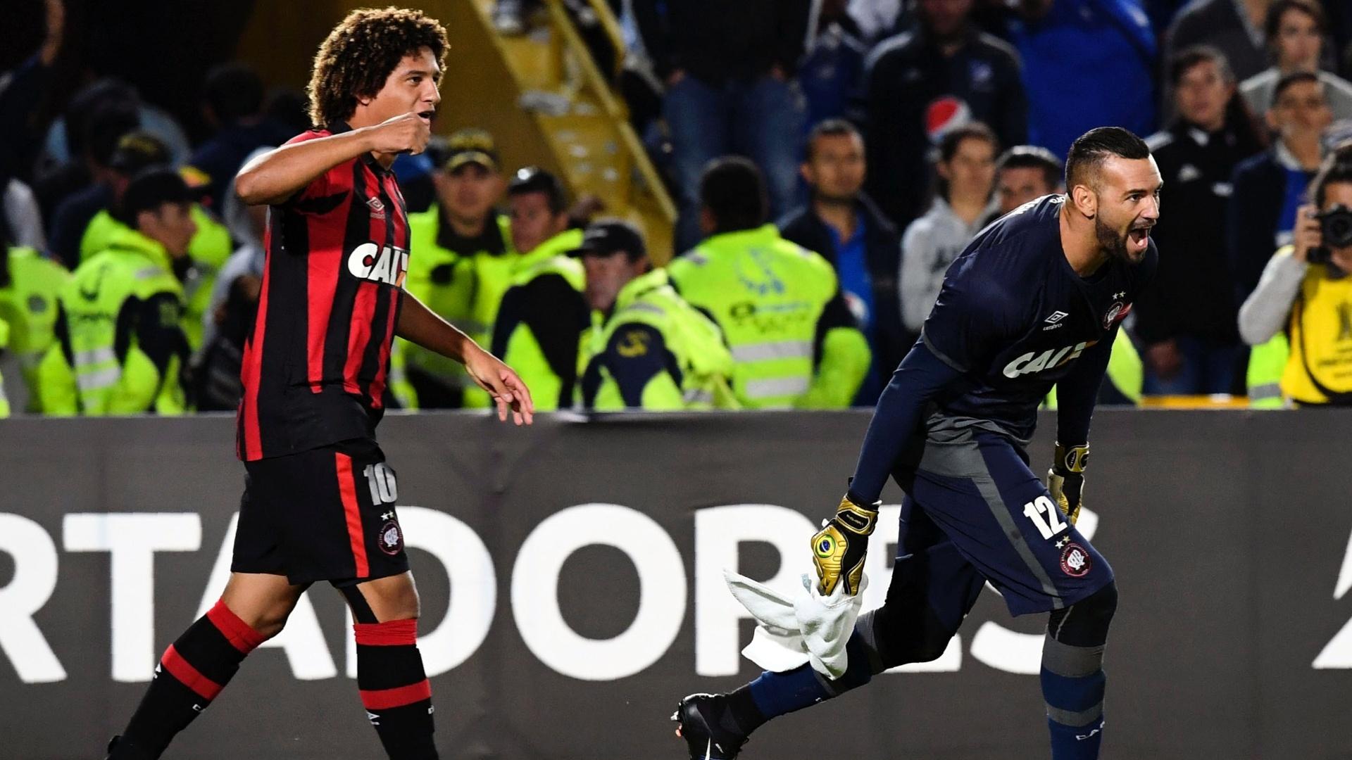Weverton e Felipe Gedoz comemoram a classificação do Atlético-PR para a próxima fase da Libertadores