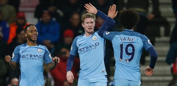 Sterling comemora gol com seus companheiros de Manchester City